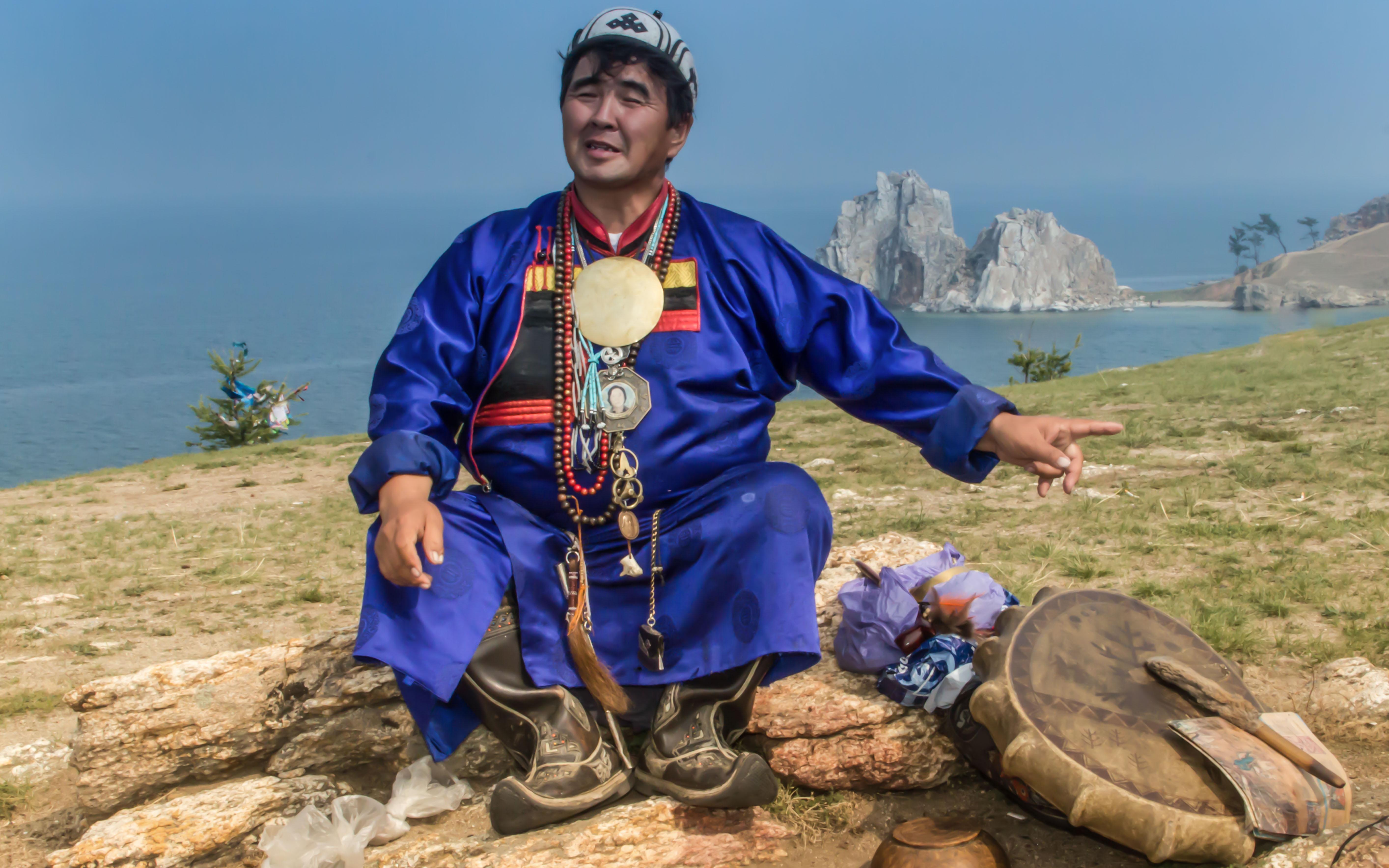 Baikal, der Schamane Valentin Hagdaev am Schamanenfelsen auf Olchon