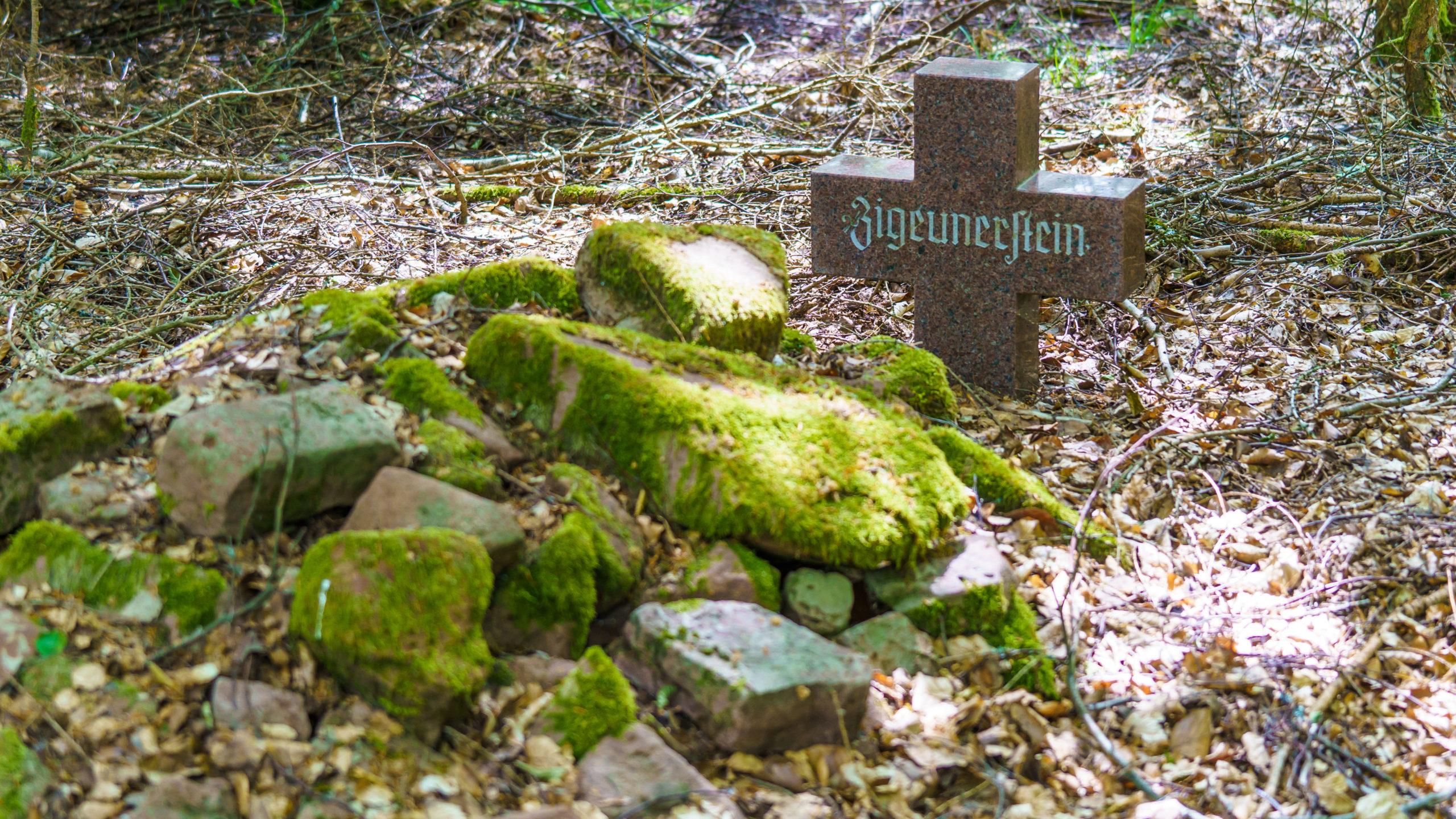 Grenzweg Gerstunger Forst - Zigeuner-Grabstätte (aus dem 16. Jh.) am gemeinsamen Weg nahe Arnsberg