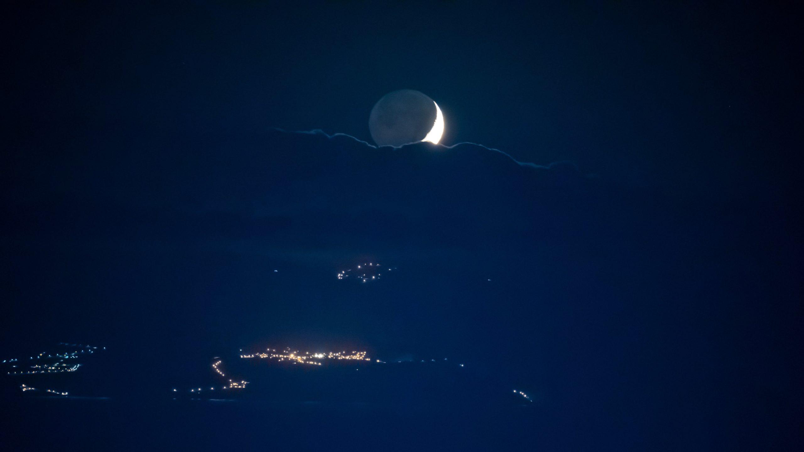 Atlantik, Teneriffa, untergehender Mond über La Gomera