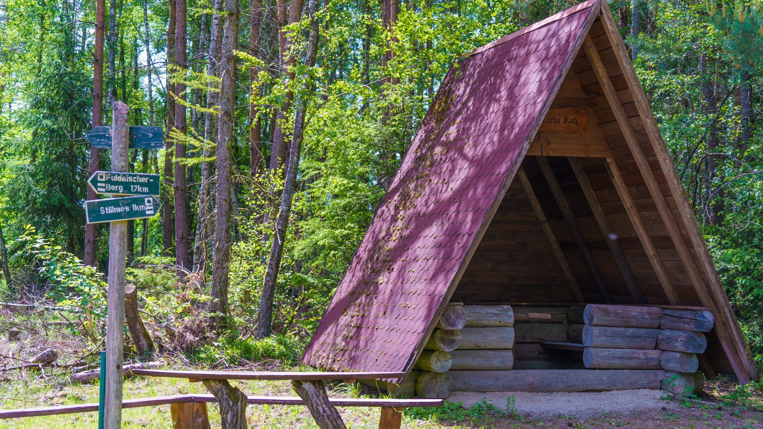 Grenzweg Gerstunger Forst, Wanderhütte am Kolonnenweg zwischen Stillmes und Fuldaischen Berg