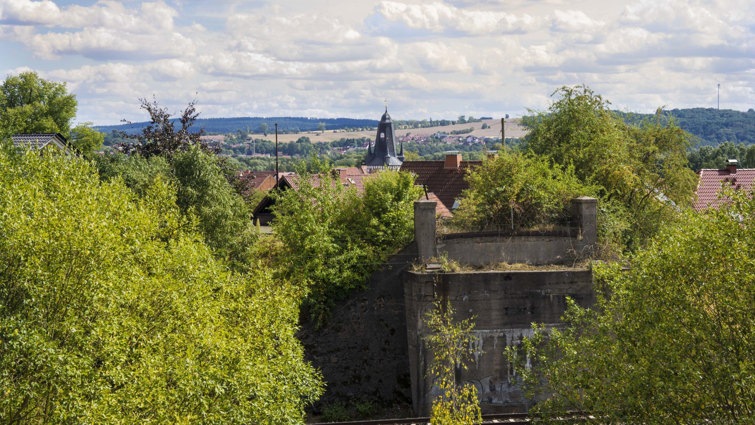 Blick über den Bahndamm zur Rundkirche in Untersuhl