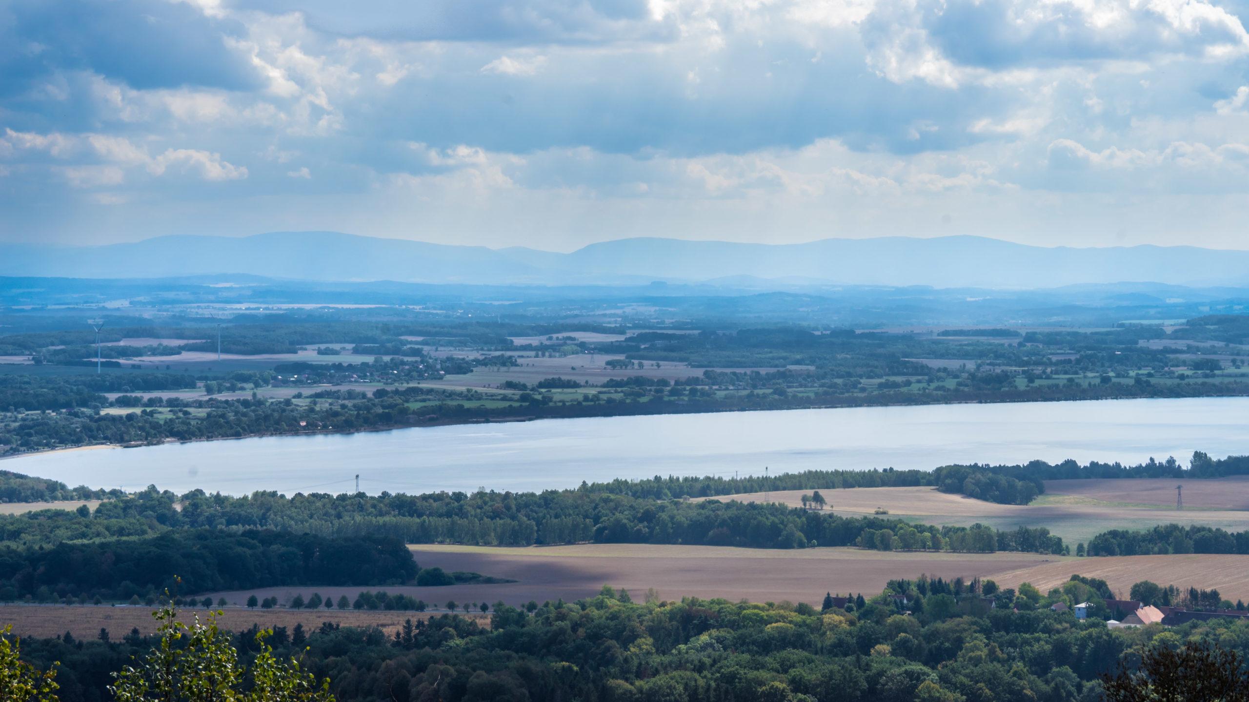 Görlitz, Blick von der Landeskrone über den Berzdorfer See in Richtung Zittauer Gebirge