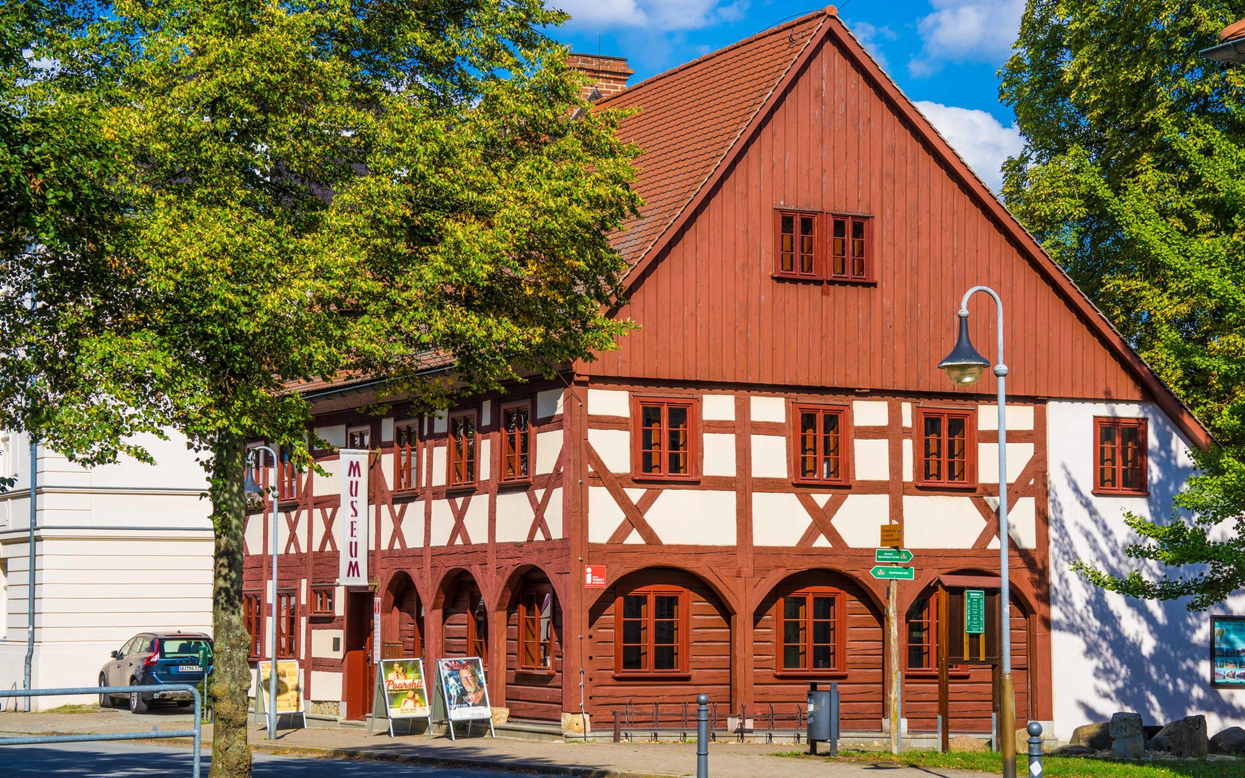 Oberlausitz, Niesky (sorbisch: Nizka), Johann-Raschke-Haus, das älteste Haus der Stadt (erbaut als Umgebindekonstruktion 1742)
