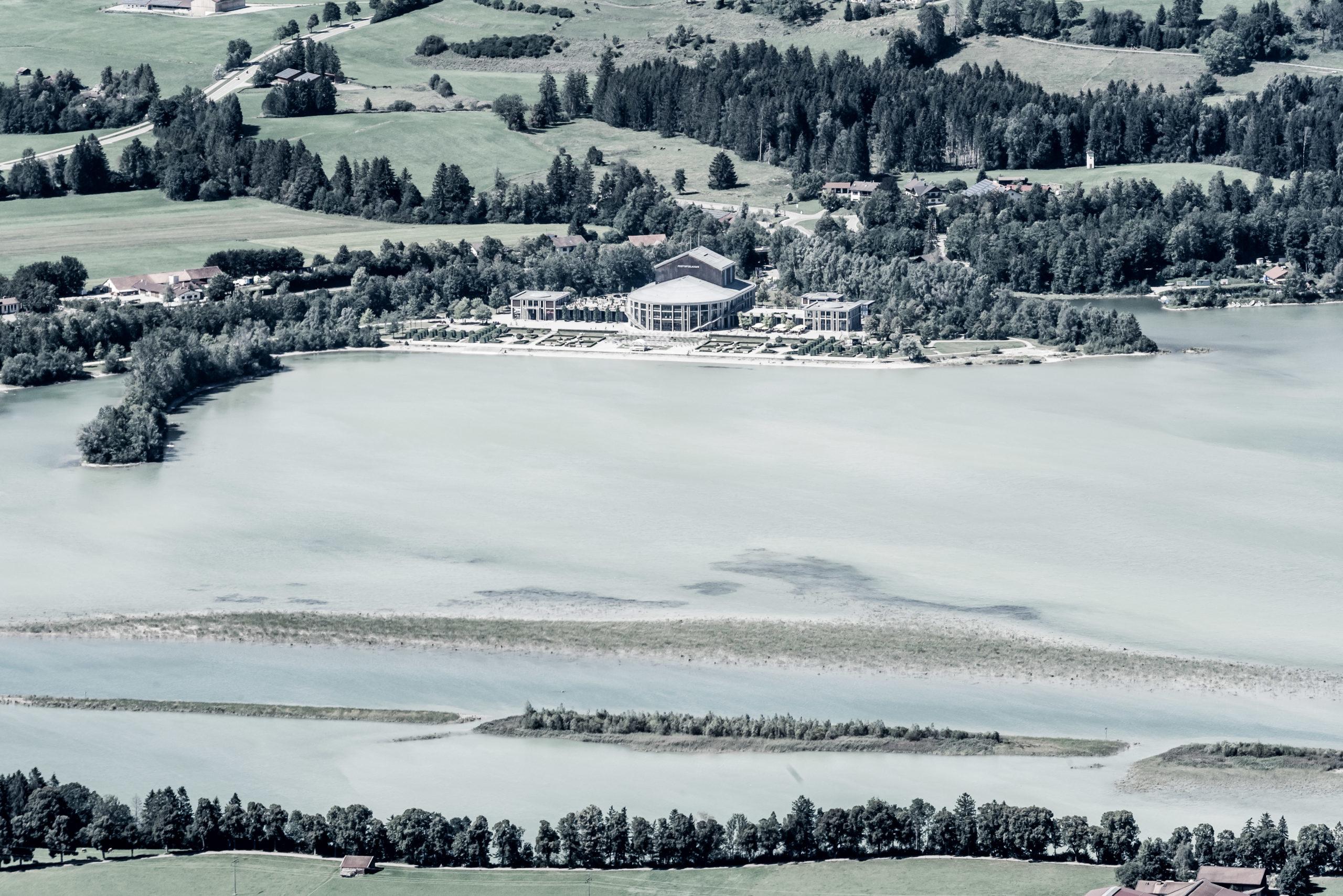 Blick vom Tegelberg auf den Forggensee an der Mündung des Lech