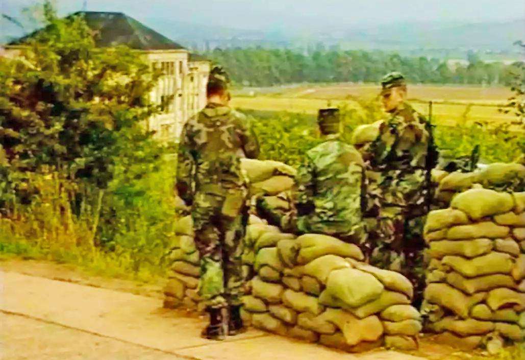 Im Jahr 1984 - genau hier stand ich ihnen - den US-Soldaten vom OP Romeo - direkt an der Grenzlinie gegenüber - das Maschinengewehr auf mich gerichtet - Blick auf das alte Molybdänwerk auf DDR-Seite von der Autobahnabfahrt Untersuhl aus (Quelle: BGS)
